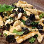 Straccetti di pollo rucola e olive nere
