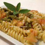 Pasta piccante con pomodori, mandorle e fagiolini